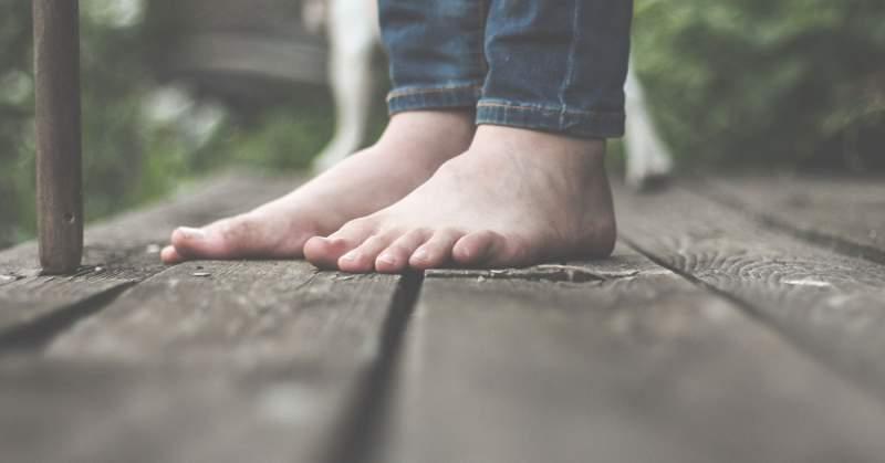7 powodów, dlaczego warto chodzić boso (także dla dorosłych)