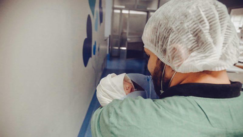 Pierwsza kąpiel noworodka. Dlaczego warto ją odwlekać?