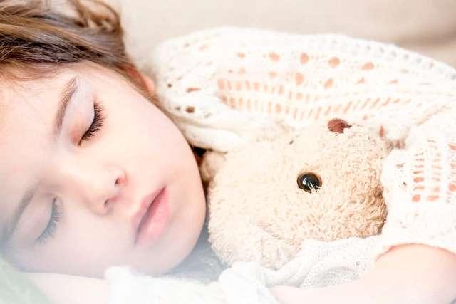 dziewczynka-dziecko-bez-kaszlu-spi-z-misiem