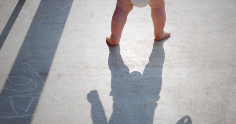 Chodzik czy pchacz? Co warto wiedzieć o akcesoriach do nauki chodzenia, żeby nie zaburzać rozwoju dziecka