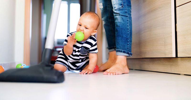 Jak pielęgnować niemowlę, aby nie zaburzyć jego naturalnego rozwoju?