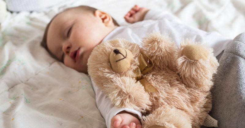 Jak nauczyć dziecko samodzielnego zasypiania? Zamiast treningu snu – samoregulacja i bliskość