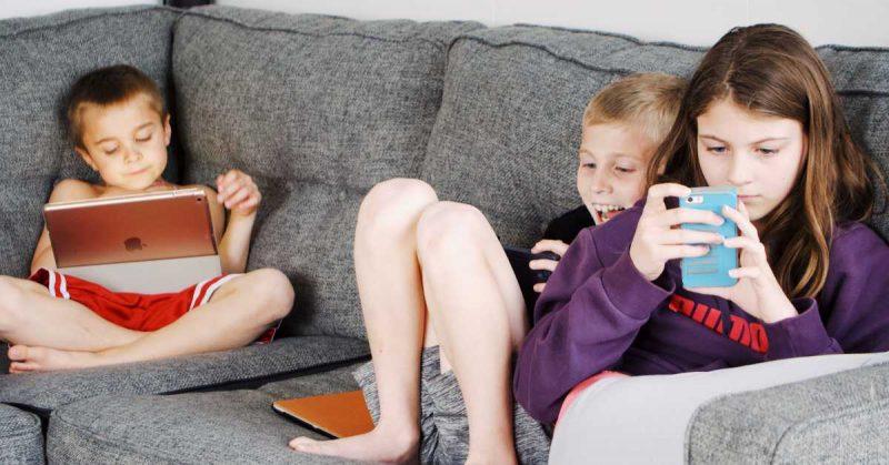 """Moje dziecko ciągle """"siedzi w telefonie""""– o pokoleniu """"always on"""""""